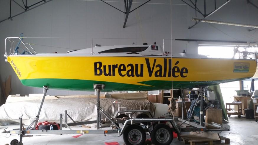 Louis Burton et son bateau à la rencontre des « terriens ».